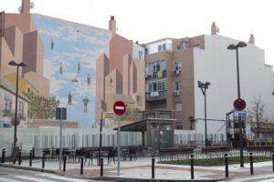 Plaza del Matadero (Getafe), vacía. Parque infantil cerrado.