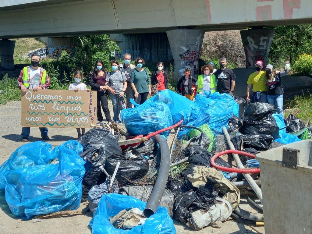 Fotografía del final de la acción de limpieza colectiva en la que participó Más Madrid Compromiso con Getafe.